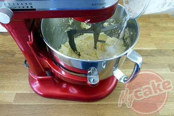 Victoria Sponge Cake - Ajouter la farine
