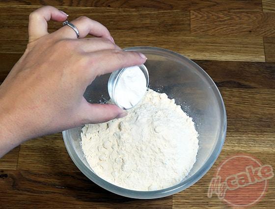 Chiffon Cake - Ajouter la levure à la farine