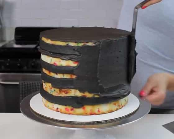 Faites le Crumb Coat du gâteau
