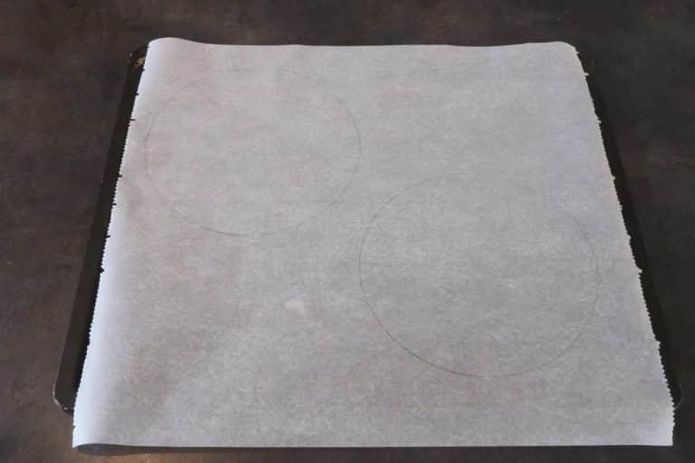 Retourner la feuille de papier cuisson