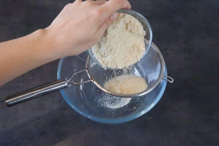 Tamiser la poudre de noisette