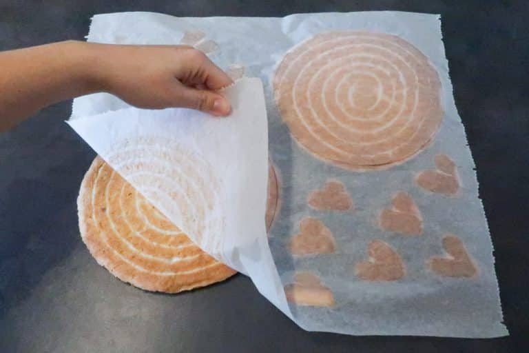 Retourner la feuille du biscuit pour le décoller délicatement