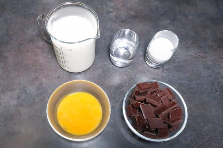 Ingrédients pour la mousse au chocolat sur pâte à bombe