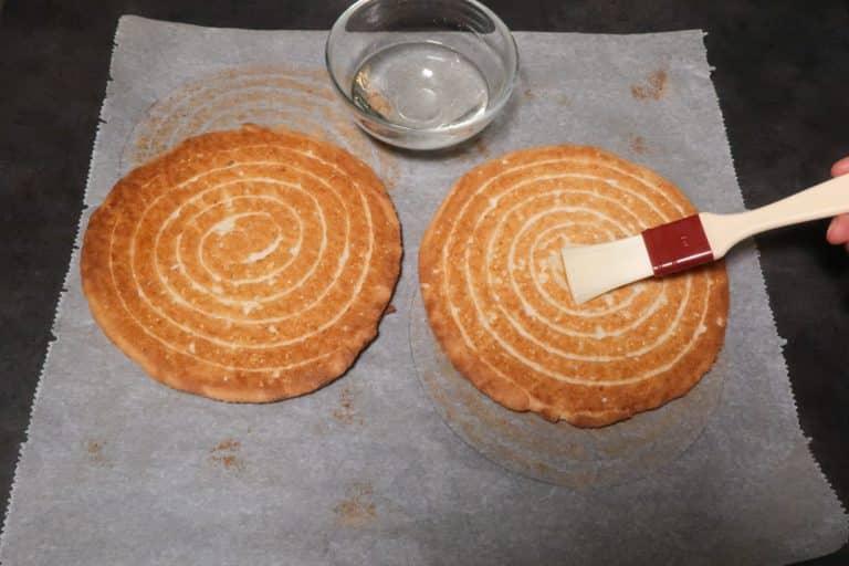 Imbiber les biscuits de sirop de sucre