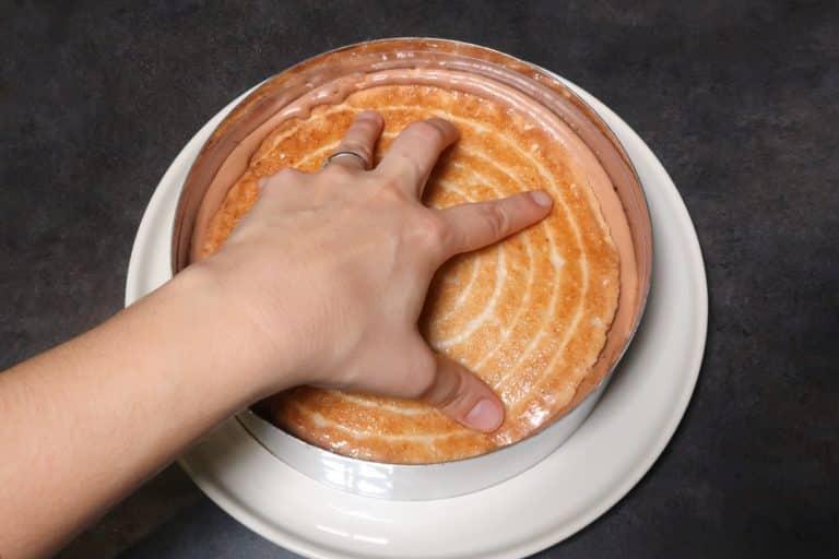Poser le second biscuit et pousser pour faire remonter la mousse sur les côtés