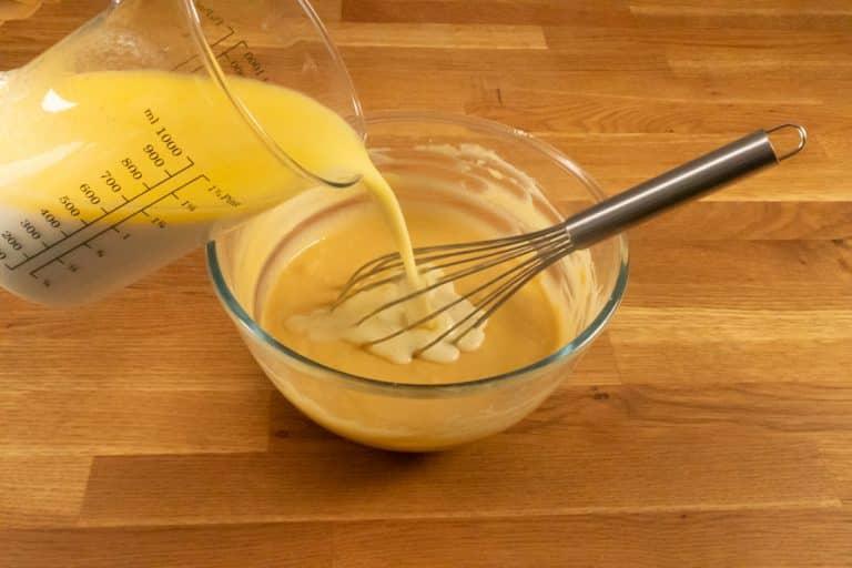 Pâte à crêpes - Ajouter le lait et le beurre tièdes
