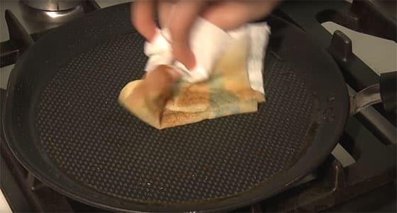 Pâte à crêpes - Graisser la poêle