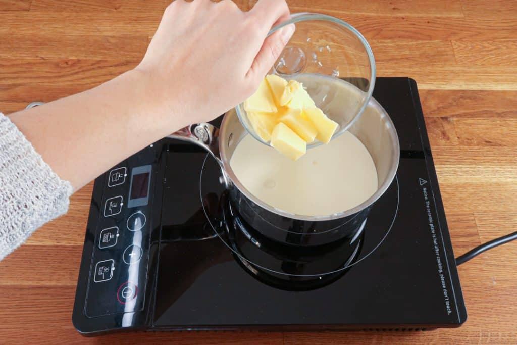 Coeur coulant chocolat - Ajouter le beurre et l'eau