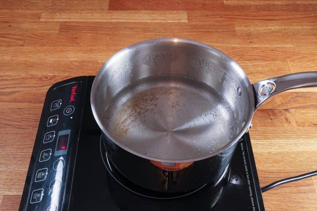 Coeur coulant chocolat - Faire bouillir une casserole d'eau remplie au 1/3