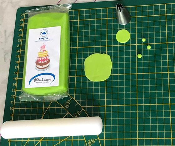 Modeler un chaudron - Pâte à sucre verte