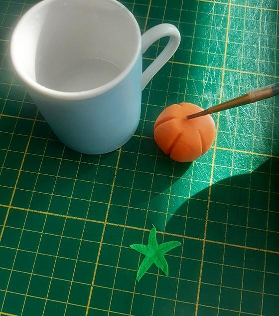 Modeler une citrouille - colle feuille