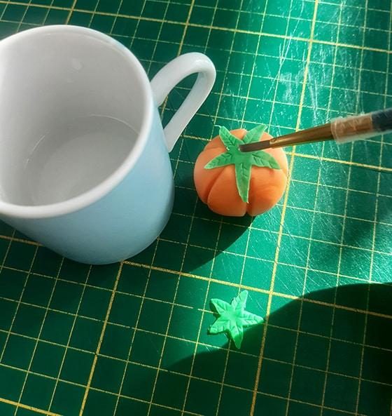 Modeler une citrouille - colle deuxième feuille