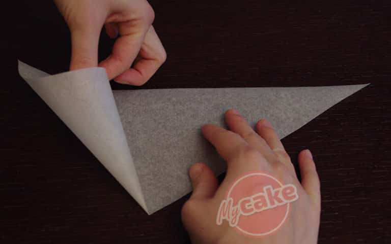 Comment réaliser facilement un cornet de pâtisserie en papier sulfurisé pour décorer et écrire 6