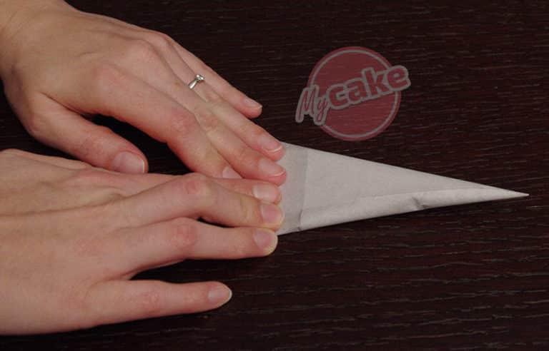 Comment réaliser facilement un cornet de pâtisserie en papier sulfurisé pour décorer et écrire 14