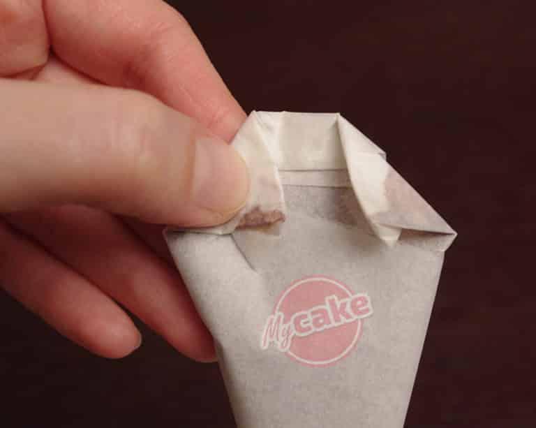 Comment réaliser facilement un cornet de pâtisserie en papier sulfurisé pour décorer et écrire 17